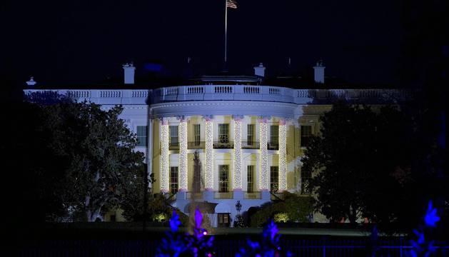El presidente saliente de Estados Unidos, Barack Obama, encendió en la tarde del jueves por última vez las luces del árbol de Navidad de la Casa Blanca. En la ceremonia, una tradición que se remonta a hace 90 años, participaron además de la primera dama, Michelle, y la hija de ambos Sasha, artistas como Kelly Clarkson, Marc Anthony, James Taylor y Chance the Rapper.