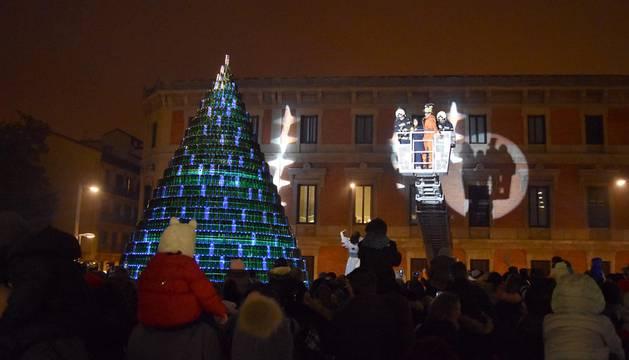 La Mancomunidad enciende su árbol de Navidad de 2.530 botellas