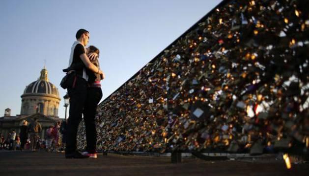 Turistas, en el puente de las Artes de París.