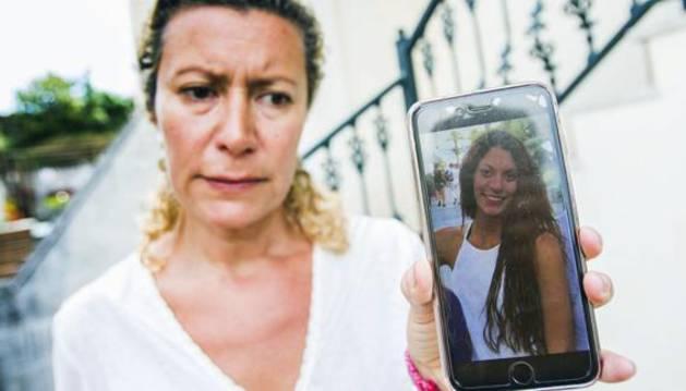 La madre de Diana Quer muestra una imagen de su hija.