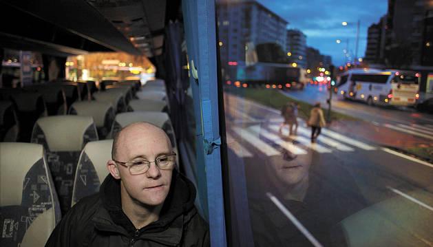 Mikel Sola Ayesa observa a través de la ventanilla del autobús que le lleva a las ocho de la mañana a Tasubinsa, donde trabaja desde hace 20 años.