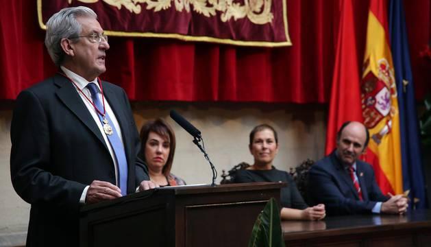Pedro Miguel Etxenike recibe la Medalla de Oro de Navarra 2016