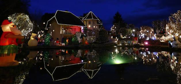La casa de Sabine Gollnhuber, decorada con medio millón de luces y unos 70 enormes muñecos hinchables.