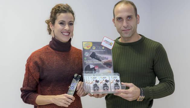 A la izquierda, Pilar Irañeta, junto a su marido, José Mari Martín y el producto que han ideado y fabricado.