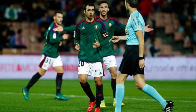 De las Cuevas y Márquez protestan una acción al árbitro durante el partido de Copa ante el Granada