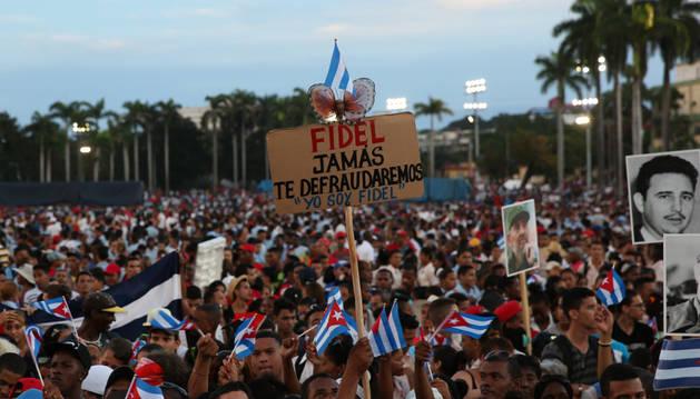 Miles de personas se congregan en la Plaza de a Revolución Antonio Maceo en el homenaje a Fidel Castro.