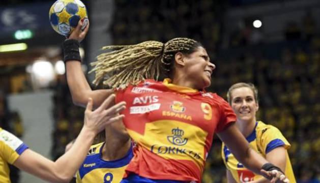 La española Marta Mangué lanza ante Suecia.
