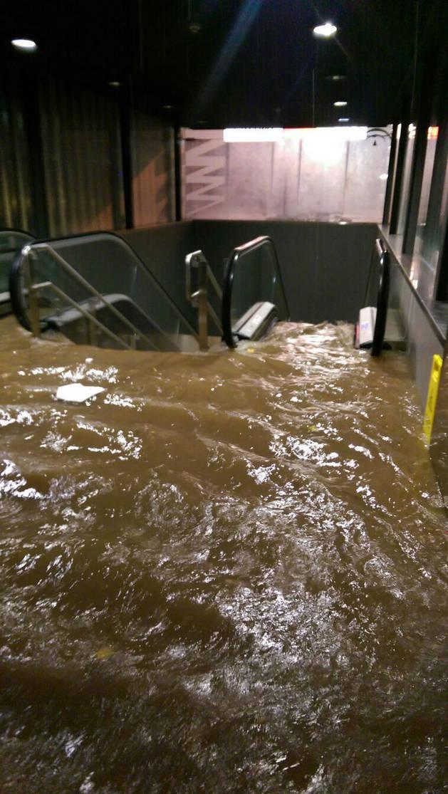 Las inundaciones provocadas por las fuertes lluvias han impedido el acceso al metro de Málaga.