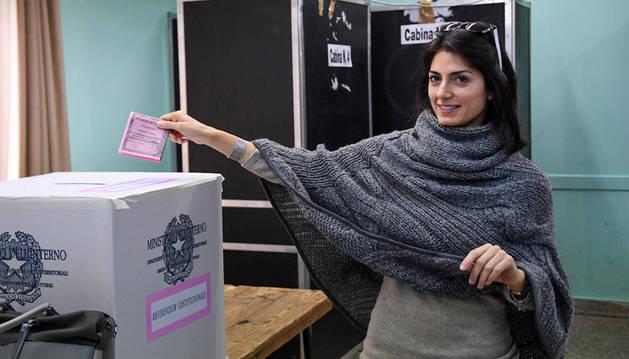 La alcaldesa de Roma, Virginia Raggi, depositando su voto en el referéndum italiano.