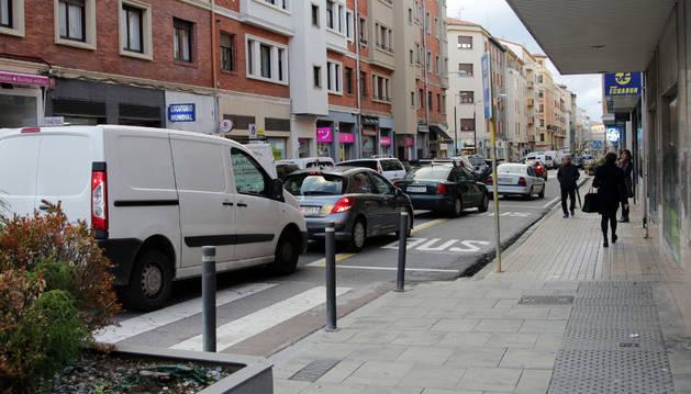 Varios coches circulan por  Amaya, una de las calles que acogió el grueso del tráfico tras la peatonalización de Carlos III.