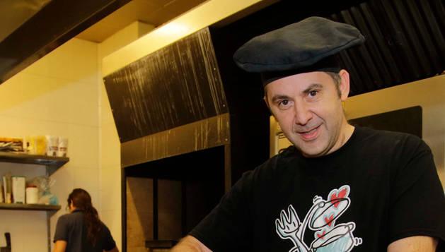 El cocinero pamplonés Juan Manuel Pedreño, de 50 años, en su restaurante 'Elordi de la bella época', en el polígono industrial de Arre.