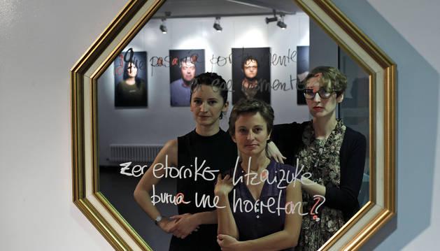 De izq. a dcha: Sofía Albero Verdú, Alicia Giménez García (Acción Contra la Trata) y Mireya Martín Larumbe, ayer frente al espejo.