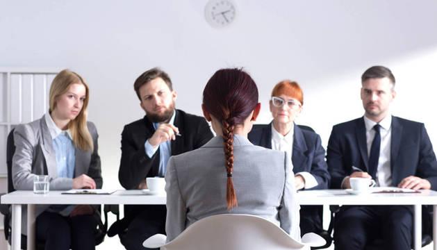 Una mujer ante una entrevista de trabajo.