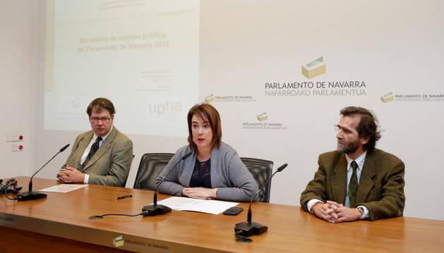 De izda a dcha: Ernesto Pérez Esain, Ainhoa Aznárez Igarza y Juan Mari Sánchez Prieto.
