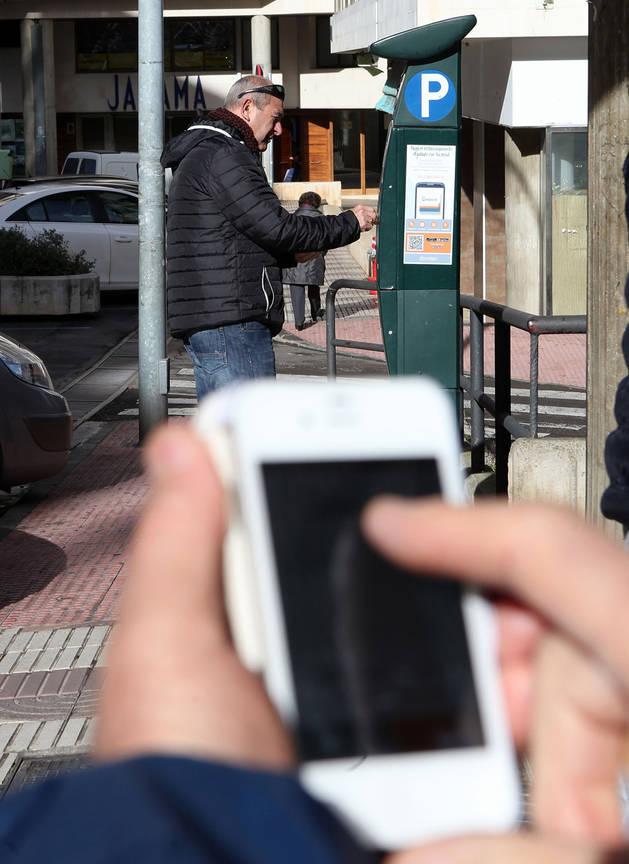 Un usuario paga con el móvil.