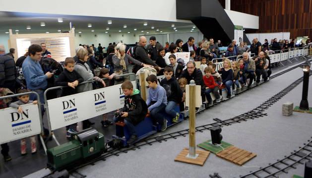 Varios niños disfrutan de la atracción del tren en Baluarte durante las Navidades de 2015.