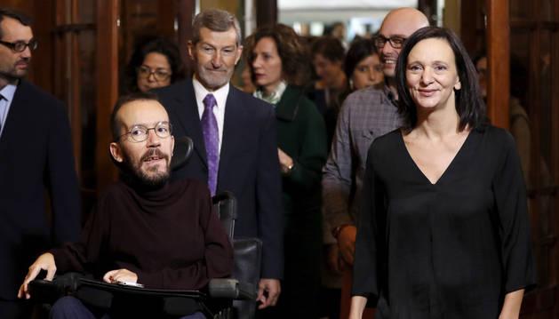 El secretario de Organización de Podemos, Pablo Echenique (i), junto a los diputados de UP Carolina Bescansa (d) y Txema Guijarro (2d), y el ex JEMAD y miembro de Podemos, José Julio Rodríguez (2i), durante el acto celebrado este martes en el Congreso.