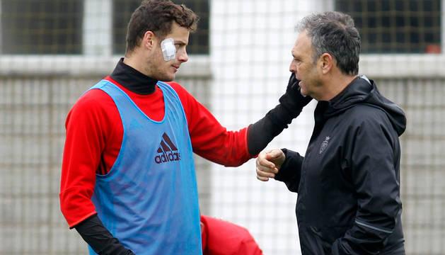 Oriol Riera recibe instrucciones de Joaquín Caparrós durante el entrenamiento de ayer.
