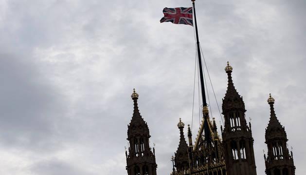 Imagen de una bandera británica ondeando encima de la torre de Victoria, en las casas del Parlamento en Londres.