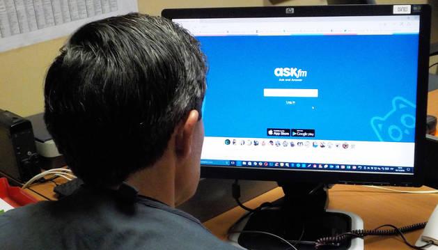 Un agente de policía judicial investigando la red social ASF.