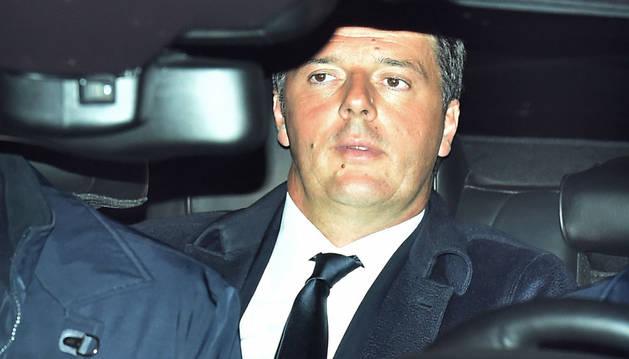 El primer ministro italiano, Matteo Renzi (c), llega al Palacio del Quirinal para formalizar su dimisión