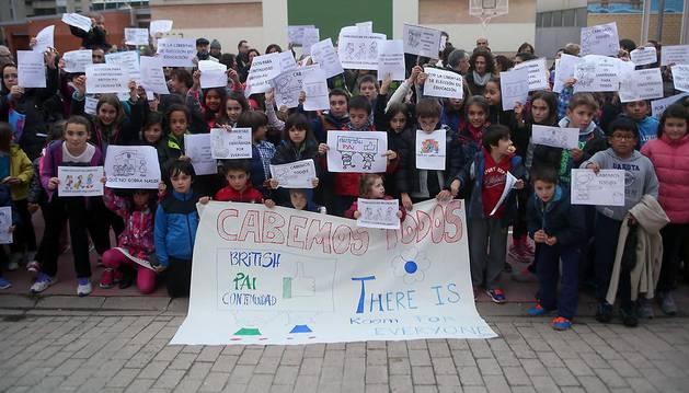 Concentración a favor del PAI en el colegio de Azpilagaña en noviembre de 2015.