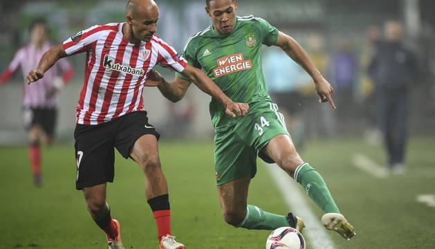 Foto del jugador del Athletic de Bilbao Mikel Rico lucha por el balón con Joelinton del SK Rapid Vienna.