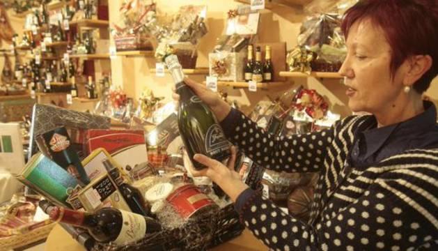 Preparación de una cesta de Navidad.