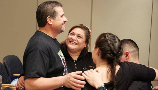 Los padres y hermanos de las gemelas celebran el éxito de la operación.