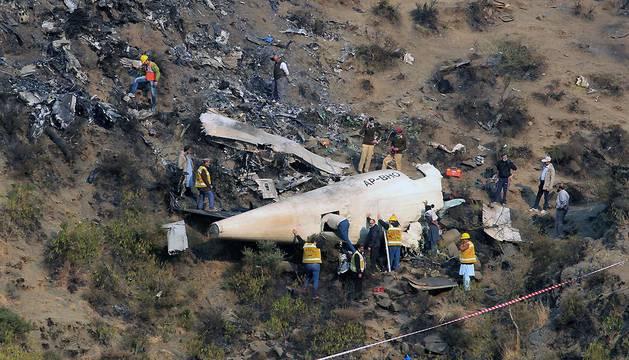 Equipos de rescate, en la zona en la que se estrelló el ATR-42 turbohélice de Pakistan International Airlines (PIA).