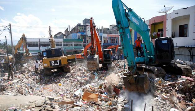 Varios equipos de rescate trabajan en una de las zonas afectadas por el terremoto de Indonesia.