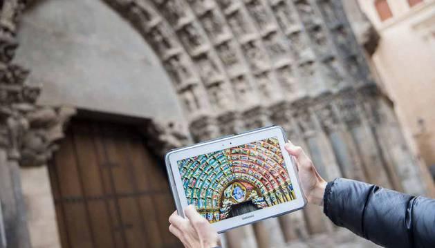 Imagen de la recreación en color de la Puerta del Juicio en una tablet.