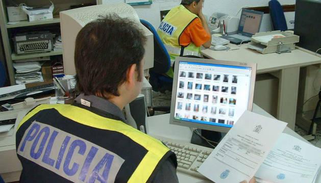 Agentes de la Policía Nacional durante la investigación de una trama delictiva.