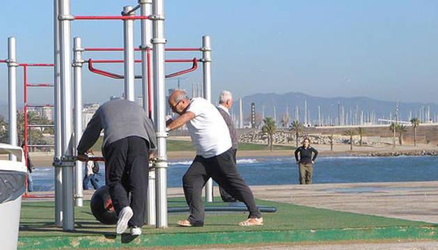 Jubilados hacen ejercicio en un parque.