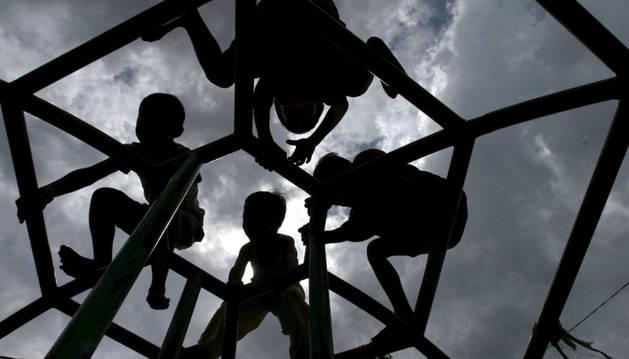 Foto de varios jóvenes jugando en un parque.