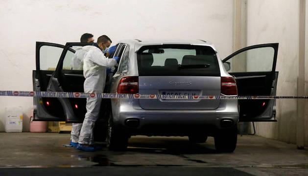 Imagen de la policía científica registra el vehículo.