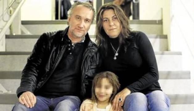 Los padres de Nadia con la niña.