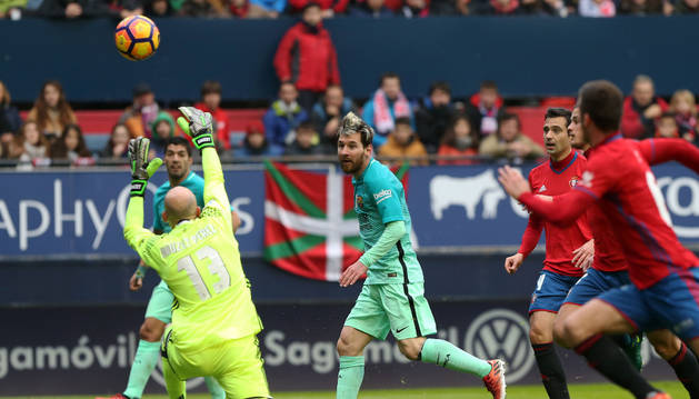 Imagen del portero Osasuna Nauzet Pérez (izquierda) saca un balón con el delantero argentino Lionel Messi.