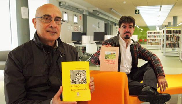 Simeón Hidalgo Valencia (izda.) y Mikel Zuza Viniegra, con los nuevos libros de Izagaondoa.
