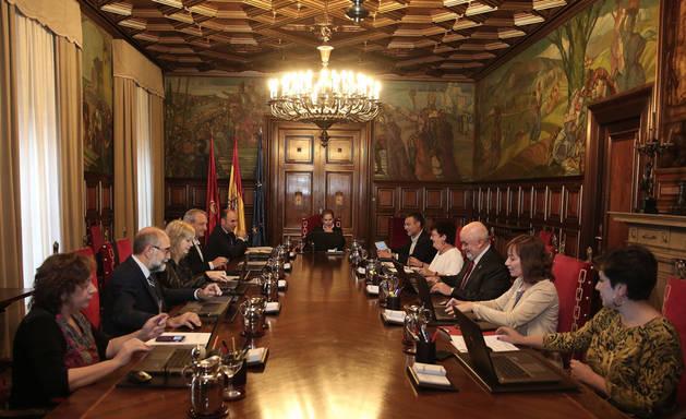 Los miembros del Gobierno foral, en una sesión de los miércoles.