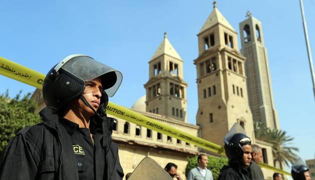Catedral ortodoxa copta de San Marcos después de una explosión dentro de la catedral de El Cairo