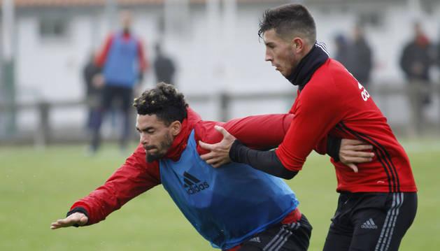 Riviere, junto a David García, en un entrenamiento reciente en Tajonar. El francés puede salir en enero.