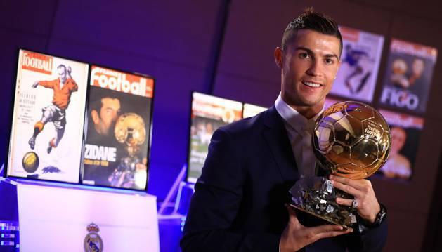 Ronaldo posa con su último Balón de Oro