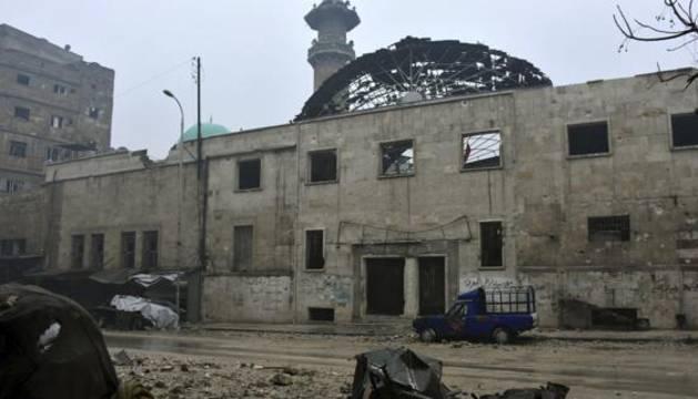 Fotografía facilitada por la agencia oficial siria SANA que muestra los daños causados por los bombardeos.