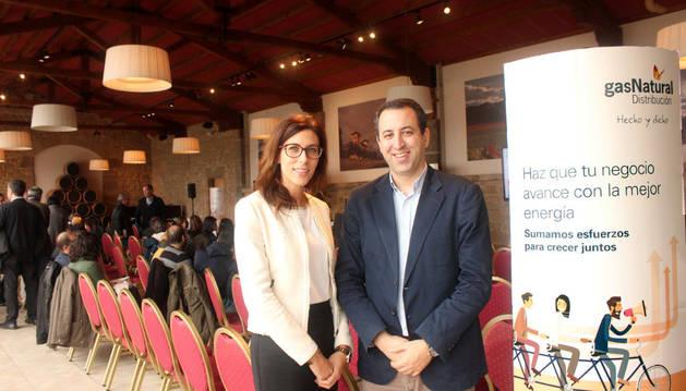 Imagen de la directora de Gas Navarra, María Miró, y el delegado de Gran Consumo de la compañía, Ignacio Cabané.