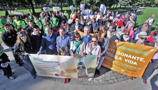 Representantes de Fundación Diario de Navarra y de las entidades sociales en el inicio del Reto.