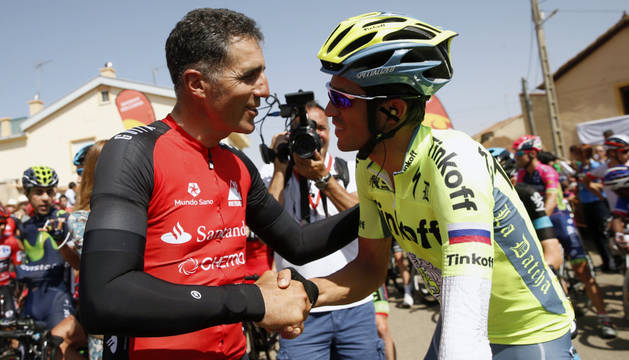 Induráin saluda a Alberto Contador durante la pasada edición de La Vuelta