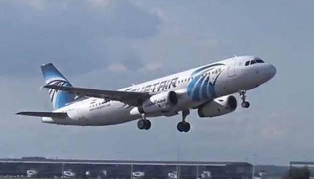 Un avión de Egyptair, en pleno despegue.