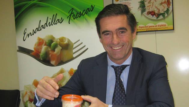 foto de Carlos Eugui, director general de Egrin Alimentación, con varias ensaladas Mahn Mac