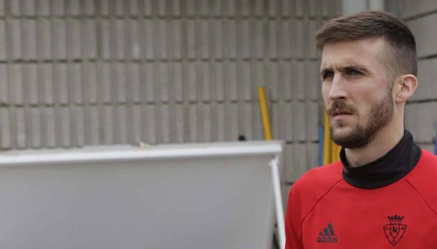 El futbolista estellés de Osasuna y ahora premiado con el Estellés del año Oier Sanjurjo Maté, en las instalaciones deportivas de Tajonar.